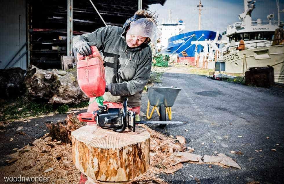 woodnwonder er skulpturelle, bæredygtige, unika møbler. Motorsav på havnen
