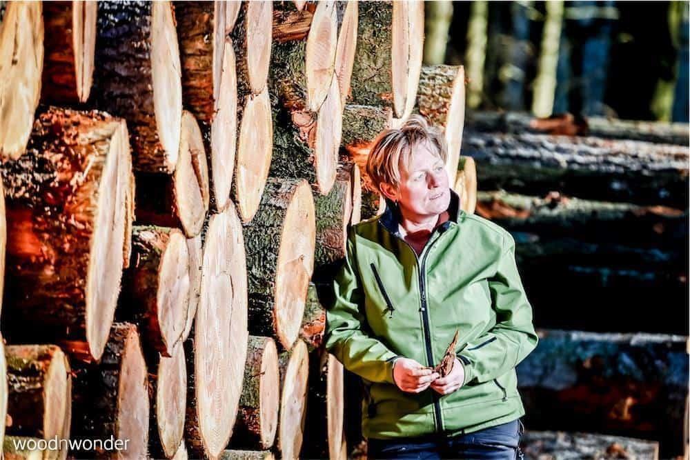 woodnwonder er skulpturelle, bæredygtige, unika møbler. Bente Hovendal i skoven.