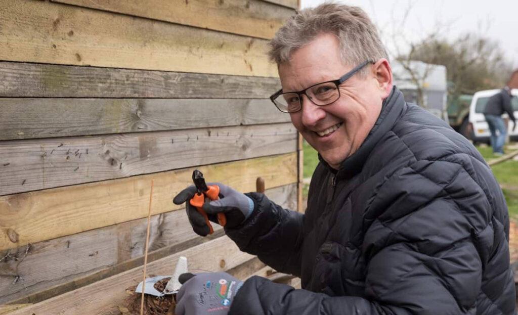 En glad, kreativ mand på 'Hug til! - en kreativ workshop og teambuilding i naturen'.
