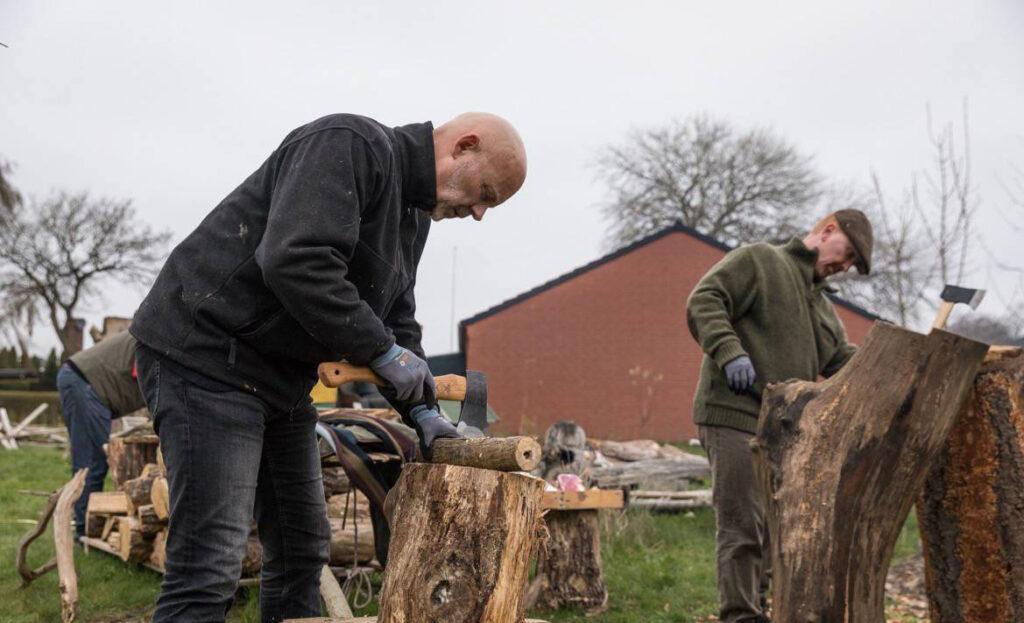 Skulpturer hugges til på 'Hug til! - en kreativ workshop og teambuilding i naturen'.