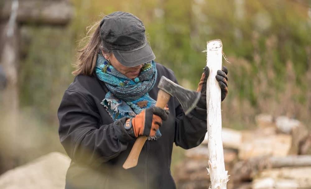 Susanne i gang med sin vandrestav.