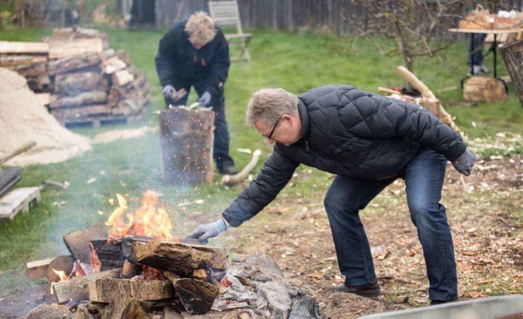 En mandegruppe på Hug til! - en kreativ workshop og teambuilding. Temaet var: 'Hvad vil du bidrage med mere af til fællesskabet'? Arbejdet foregik i Susanne Ahrenkiels naturhave ved Viborg.