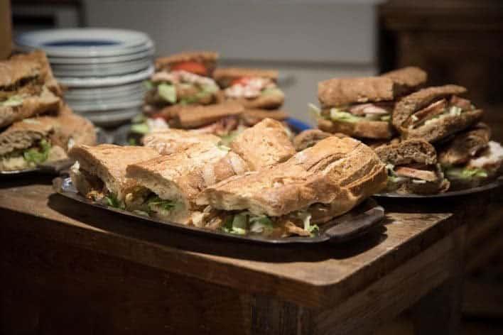 Frokost - lækre, hjemmelavede, økologiske sandwich.