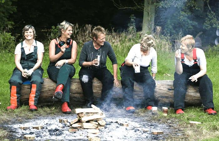 Frokostpause på 'Kreativ fitness & Kreativ teambuilding'. En kvindegruppe i skoven på Gjorslev Slot, Stevns.