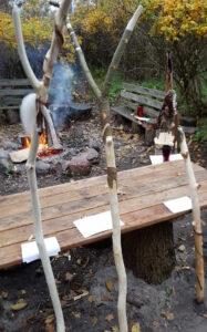 Færdige vandrestave fra workshoppen 'Snit & Snak'.