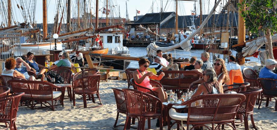 Hygge og havnestemning på Frederiksø strandbar.