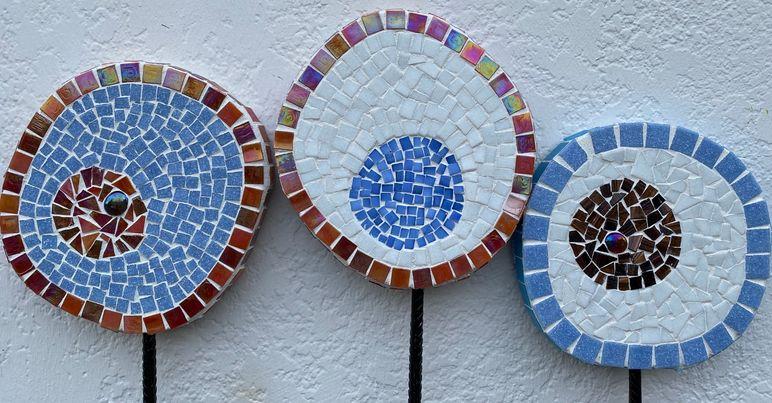 MosaikMagi - - lavet på jernpinde til at sætte i jorden.